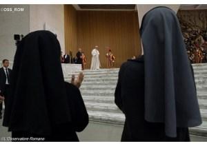 Religiosas aplaudem enquanto o Papa chega para a Audiência - OSS_ROM