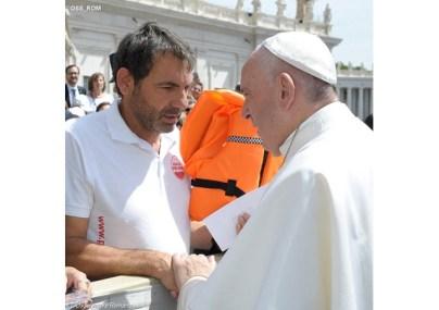 Papa ganha colete salva-vidas usado por criança síria 26.05.16