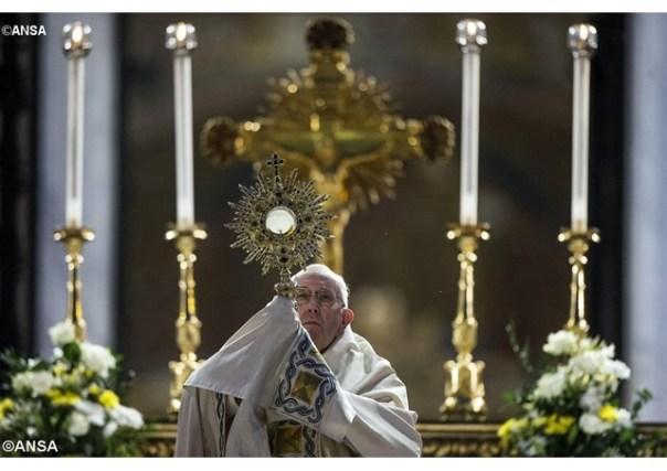 Papa_ Eucaristia, centro e forma da vida da Igreja 27.05.16