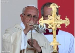 Papa incensa o altar durante celebração na Armênia - REUTERS