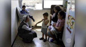 Irmã Annie Demerijan, colaboradora de Ajuda à Igreja que Sofre na Síria, junto com crianças cristãs em Aleppo. Foto: ACN.
