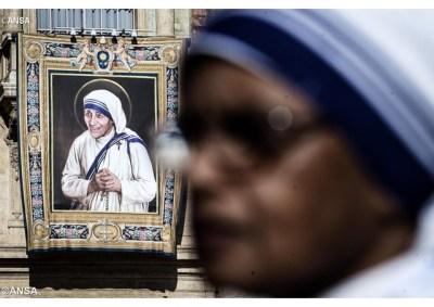 Missionária da Caridade diante da imagem de Santa Teresa de Calcutá - ANSA