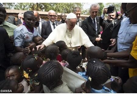 O Papa e as crianças do campo de refugiados de Bangui, em 2015 - ANSA