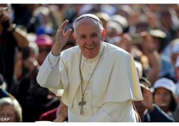 Papa Francisco sorri aos fiéis ao entrar na Praça com o papamóvel - AP