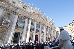 O Papa na missa para as canonizações recorda que a oração é uma luta pela paz e no Angelus apela a favor das famílias e do trabalho_Políticas sérias contra a pobreza 17.10.16.jpg