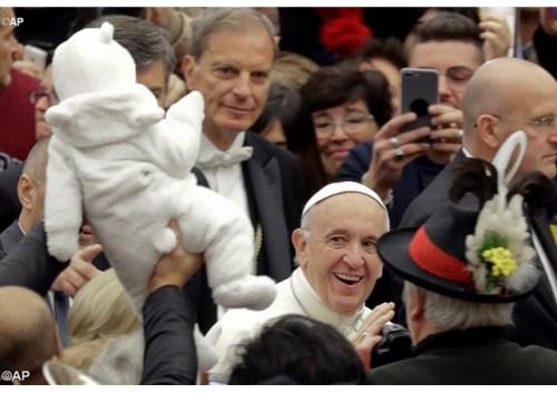 Francisco circundado pelos fiéis na audiência desta quarta (07/12) - AP