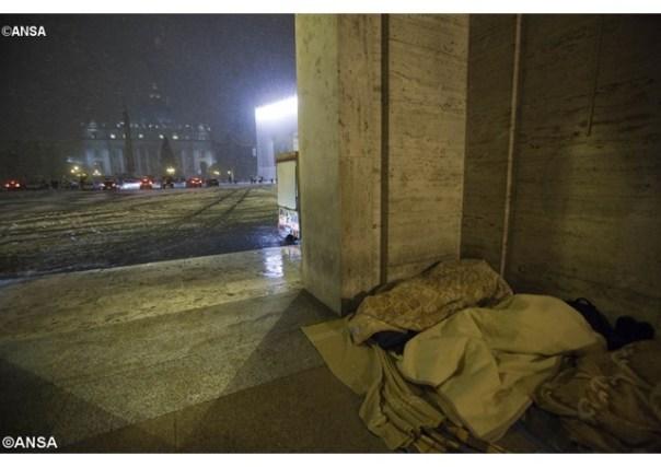 Frio polar castiga moradores de rua que vivem nas cercanias do Vaticano - ANSA