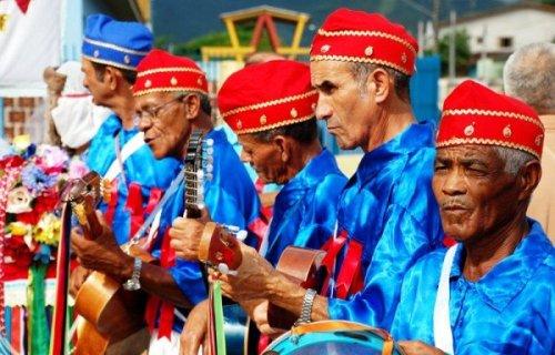 Foto:  Portal Caiçara @PortalCaicara A manifestação religiosa celebra o fim do ciclo natalino #FoliaDeReis #Caraguá http://portalcaicara.com.br/17a-festa-de-folia-de-reis-e-atracao-em-caragua-no-dia-14/ …