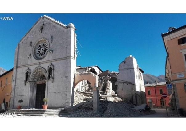 Restos da Basílica de São Bento em Núrcia, uma das localidades mais atingidas pelos terremotos - ANSA